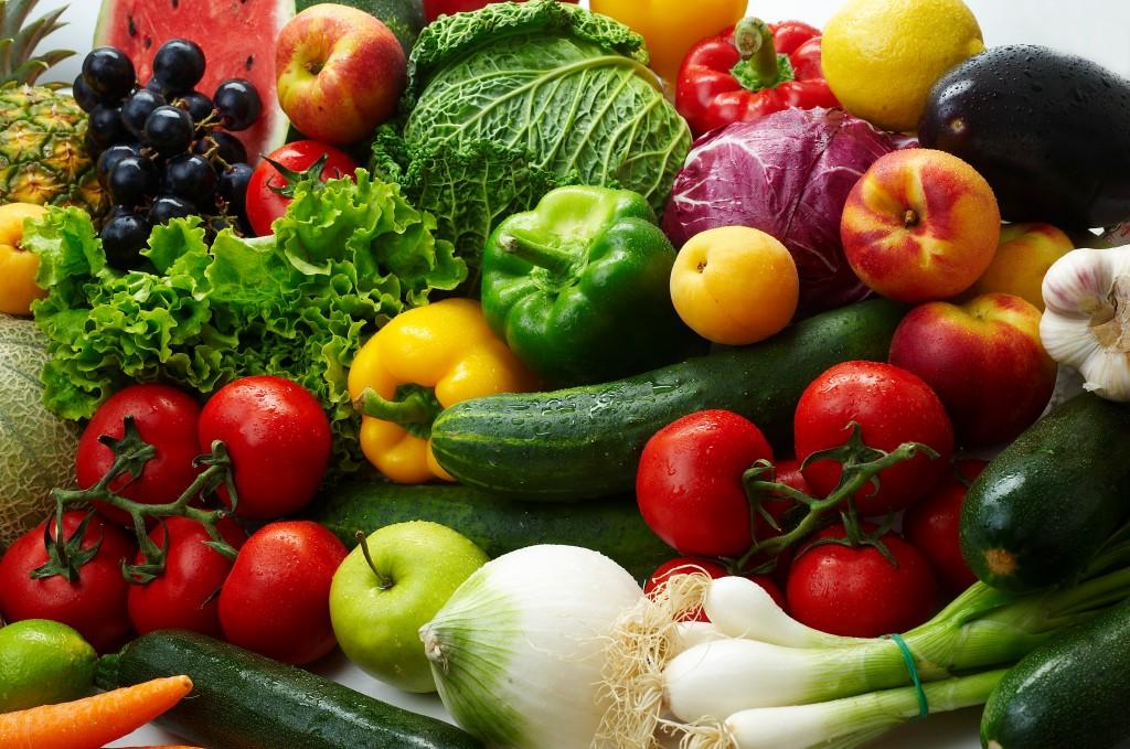 Свежие овощи и фрукты для пополнения организма витаминами и микроэлементами при грыже позвоночника