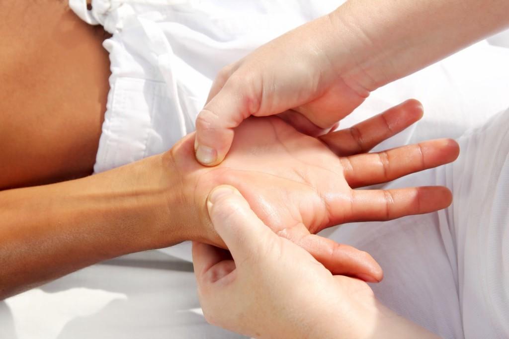 Преимущества и особенности точечного массажа при ишиасе